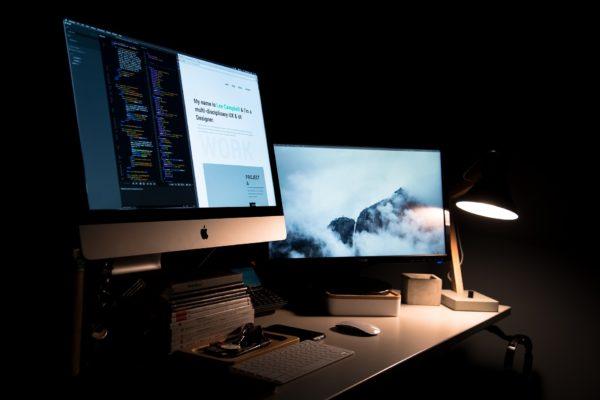 Deux écrans, programmation et graphisme