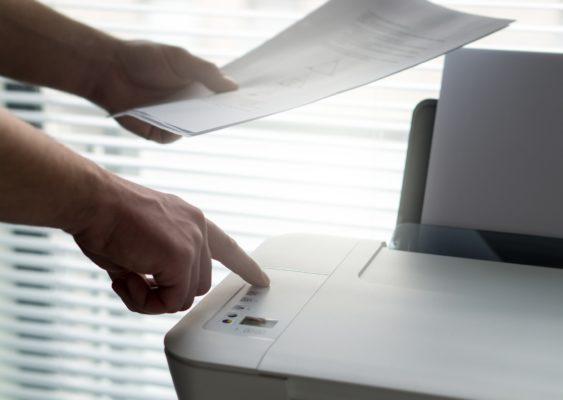 Personne utilisant un photocopieur